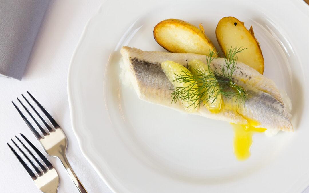 Tradycja jedzenia śledzia w Polsce. Dlaczego uznajmy go za przysmak?